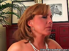 Mature mummy With super hot Body Gets Drilled On The sofa